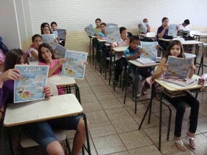 Entrega de jornal informativo aos alunos das escolas Cícero Rodrigues e Jerônimo F. Martins, em comemoração ao dia mundial da água 2010